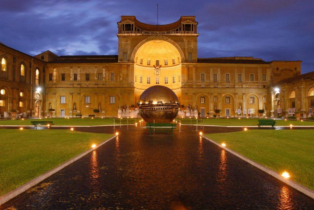 Cortile della Pigna di notte - Musei Vaticani