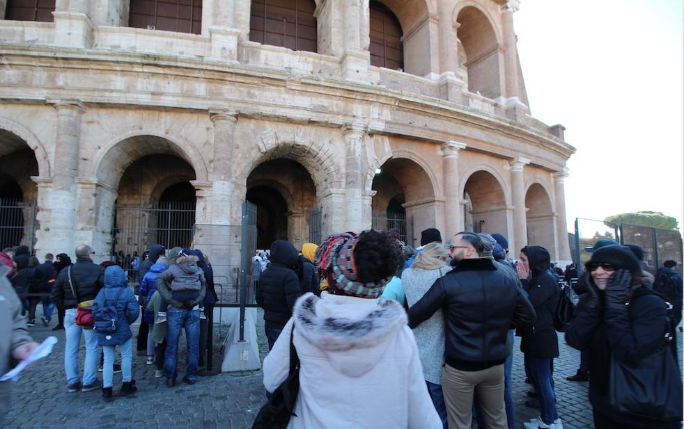 Visitatori in fila al Colosseo